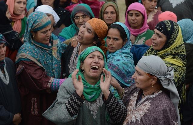 Muçulmanas da região de Caxemira, região disputada pelo Paquistão, no funeral de um dos seus familiares, militante do LeT, morto num combate com forças de segurança indianas. @Tauseed Mustafa | Getty Images