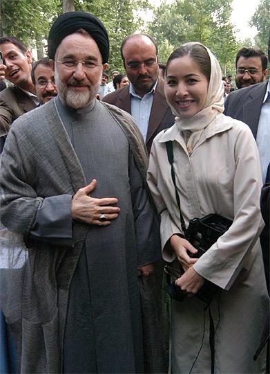 Roxana Saberi, em 2005, no Irão, com Mohammad Khatami, antes de o ex-presidente ser substituído, nesse ano, por Mahmoud Ahmadinejad. © Roxana Saberi