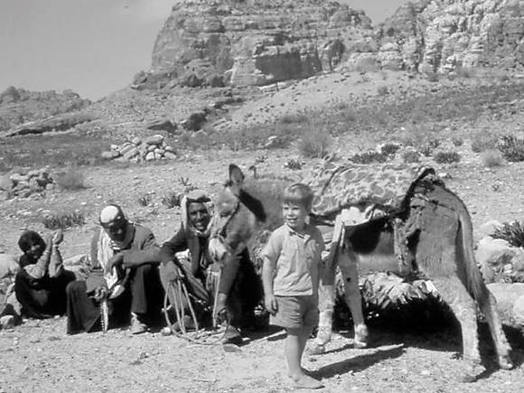 A primeira de váriass fotos do livro Dining with al-Qaeda. Esta foi tirada em Petra durante a primeira viagem do autor ao Médio Oriente, na companhia de familiares, quando era uma criança. @Hugh Pope