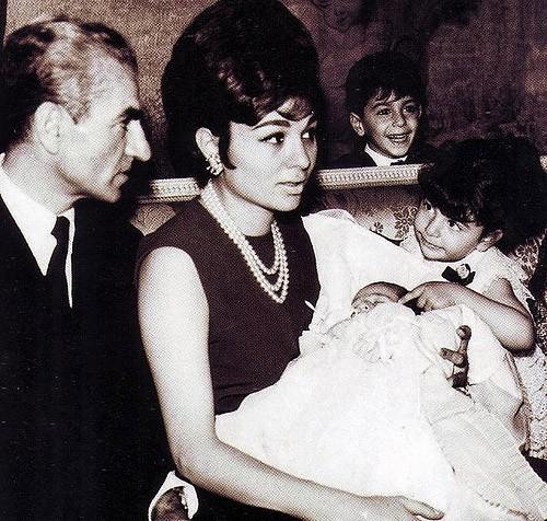 Alireza Pahlavi, ao colo da mãe, Farah Diba, nasceu em Teerão em 1966. © payvand.com/blog