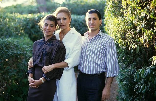 A depressão de Alireza ter-se-á agravado depois que a irmã favorita, Leila (ambos na foto), se suicidou num hotel de Londres, com uma overdose de barbitúricos (e, alegadamente, de cocaína), em 2001, dez anos antes de ele ter dado um tiro na sua própria cabeça. © Direitos Reservados | All Rights Reserved