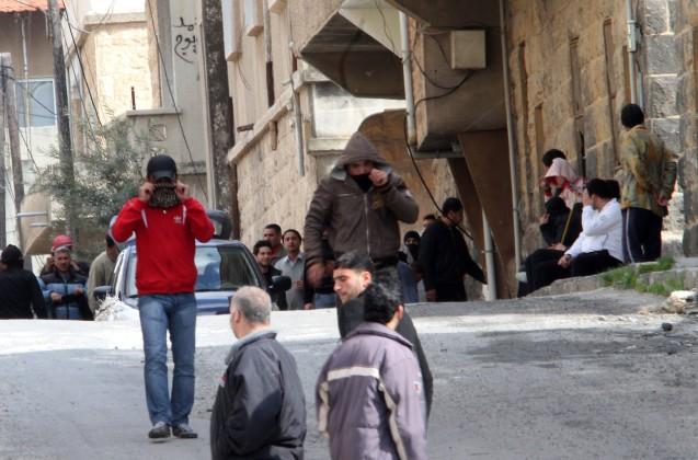 """Deraa, a cidade onde começou uma rebelião popular, inicialmente pacífica, visando forçar reformas políticas. O regime respondeu com força bruta e não demorou muito até que a revolta se transformasse numa guerra civil. Anti-government activists gather on the streets of Daraa, 100kms south of the capital Damascus on March 23, 2011. Syrian security forces fired on anti-regime protesters near a mosque, killing five and wounding scores, rights activists said as the government blamed a """"gang"""" for the violence. AFP PHOTO/ANWAR AMRO (Photo credit should read © ANWAR AMRO/AFP/Getty Images)"""