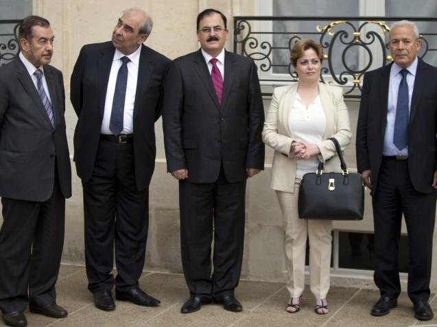 Membros da Coligação Nacional Síria. Da esquerda para a direita: Farouk Tayfour, Michel Kilo, Salem Idriss. Suhair Atassi e Burhan Ghalioun, em Paris, à espera de uma audiência com o Presidente francês, em 24 de Julho de 2013. © Francois Mori | AP Photo