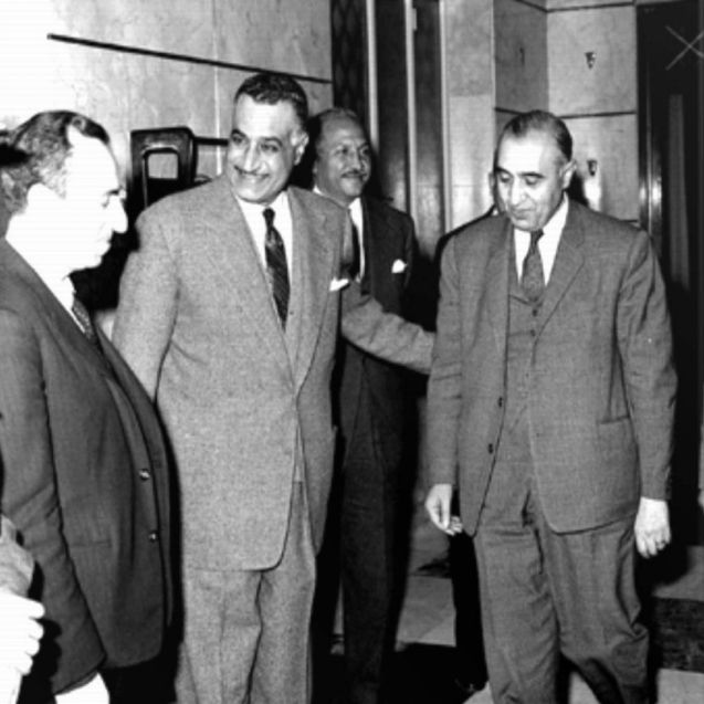 Michel Aflaq (à esquerda) e Salah al-Bitar (à direita), os fundadores do partido Baas, recebidos pelo antigo Presidente egípcio Gamal Abdel Nasser (ao centro). © Direitos Reservados | All Rights Reserved