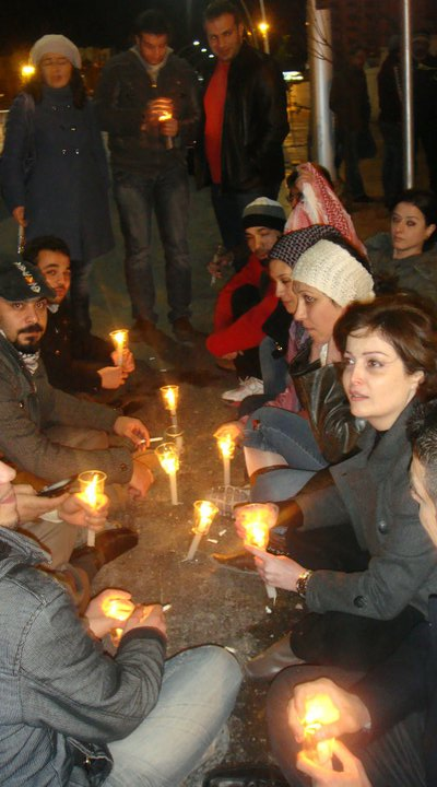 Suhair Atassi, numa foto de 2011, durante uma vigília em reivindicação de mais direitos e liberdades na Síria. ©