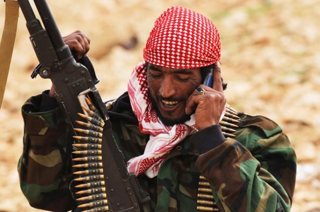 """O regime de Khadafi dera ordens à empresa estatal de correios e telecomunicações para cortar, """"física e electronicamente"""", algures entre as cidades de Misurata e Khomas, o principal cabo de fibra óptica que ligava, debaixo de água, ao longo da costa, os serviços de telefone e Internet no Leste aos servidores centrais no Oeste. © Getty Images"""