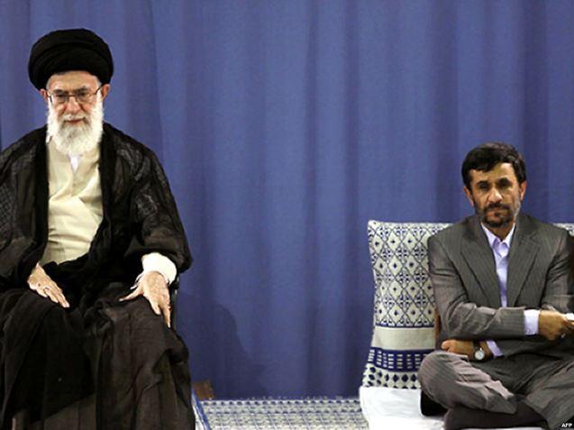 O Supremo Líder, Ayatollah Ali Khamenei, protegeu Ahmadinejad, mas depois foi retirando gradualmente o seu apoio ao Presidente que contribuiu para um maior isolamento do Irão. @Radio Free Europe