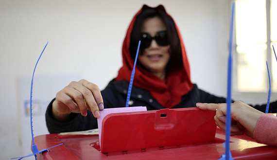 A woman casts her ballot during a vote to elect a constitution-drafting panel in Benghazi, Feb. 20, 2014. © Esam Omran Al-Fetori)