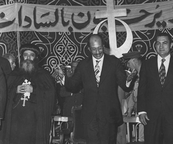 Shenouda III com Anwar el-Sadat (assassinado em 1981), que o forçou ao exílio num mosteiro depois de ter criticado a sua política face aos islamistas e a Israel. À direita, Hosni Mubarak, o sucessor do Presidente que o Papa copta haveria de apoiar, mesmo quando o povo clamava na Praça Tahrir pela queda do ditador, em 2011. © Direitos Reservados | All Rights Reserved