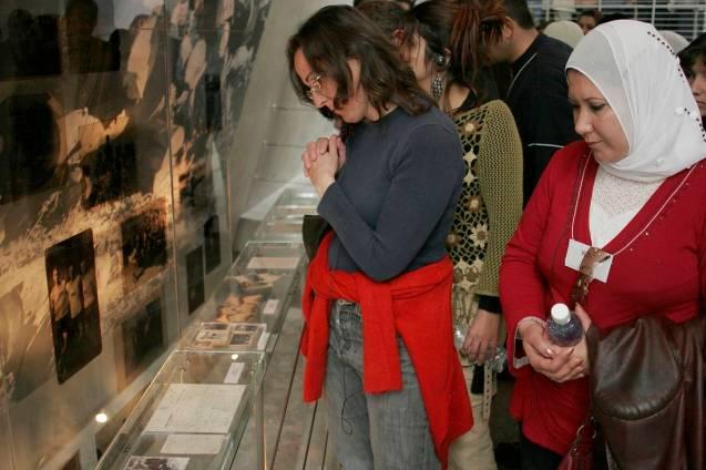 """Seguindo o lema """"Conhecer é o início"""", membros do PCFF, judeus e muçulmanos, visitam o Yad Va Shem Memorial do Holocausto, em 2007 © mepeace.org"""
