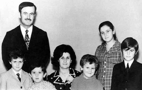 O defunto Presidente Hafez al-Assad com a sua família, no início dos anos 1970. Da esquerda para a direita: Bashar, Maher, Mrs Anisa Makhlouf, Majd, Bushra e Basil. @SANA News Agency