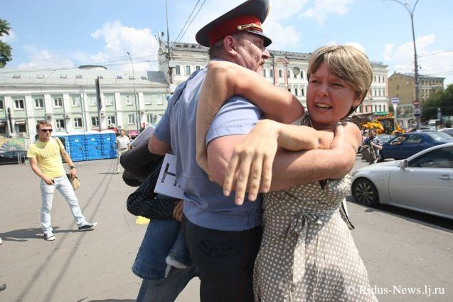 """A partir de 2010, quando as escavadoras do consórcio francês Vinci começaram a operar, Evgenia e apoiantes acamparam na floresta, colocando panfletos nas árvores. Desafiaram directamente os trabalhadores no empreendimento, exigindo- lhes as licenças necessárias. Eram escorraçados por """"guardas privados"""". Quando a polícia vinha, """"não era para repor a legalidade"""", mas para deter à força os Defensores de Khimki. @ridus-news.lj.ru"""