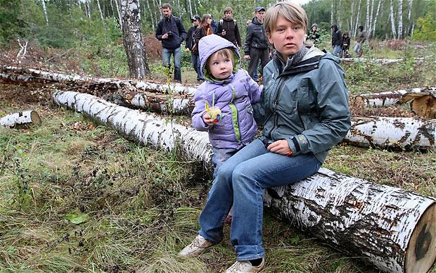 Evgenia Chirikova com uma das suas duas filhas em Khimka. @Itar-Tass