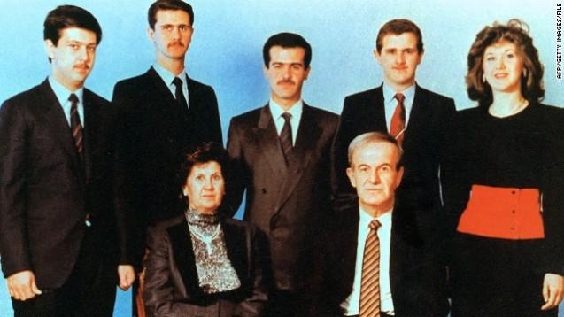 Outra foto de família, sem data, motra o patriarca dos Assad, Hafez, com a sua mulher, Aniseh. Por detrás, da esquerda para a direita, estão os filhos Maher, Bashar, Basil, Majd e Bushra. @BBC