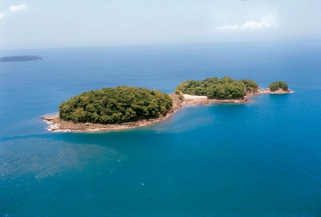 """A Ilha do Coco é uma ilha costa-riquenha situada no Oceano Pacífico, a 532 km a sudoeste do litoral sul da Costa Rica. A sua área é de 23,85 km², medindo 7,6 km de comprimento por 4,4 km de largura. A ilha tem uma grande biodiversidade. É a única ilha no Pacífico este com uma floresta tropical. O """"mundo subaquático"""" do Parque Nacional da Ilha do Coco tornou-o famoso e é um dos melhores locais do mundo para ver espécies da zona pelágica como tubarões, raias, atuns e golfinhos. © Vladi Private Islands"""