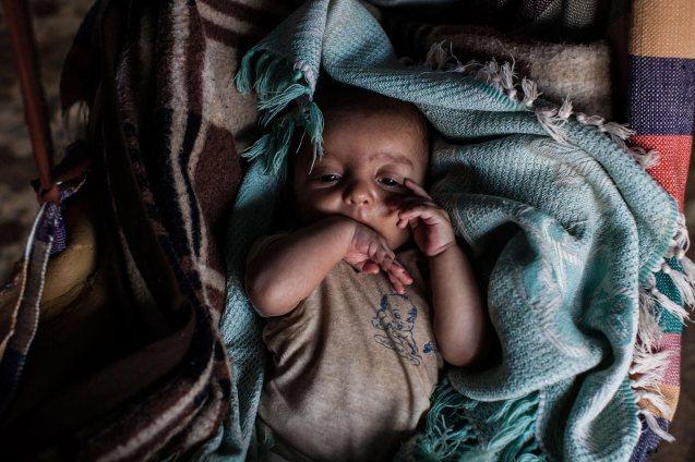 Zeino, uma criança que sobreviveu graças a água e açúcar depois de a sua mãe ter perdido a capacidade de amamentar, quarto dias após a fuga da família de Aleppo. © UNHCR | Ivor Prickett