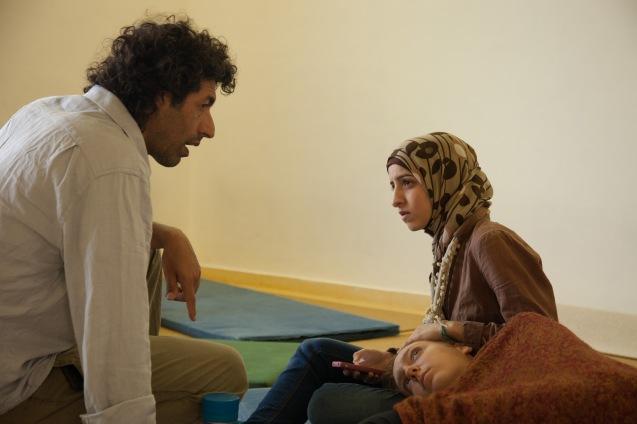 Elad Vazana com a palestiniana de cidadania israelita Noor Assi e a judia israelita Anat Shuhman, durante um encontro de meditação, em Maio de 2013. © Udi Goren