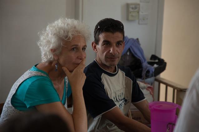Dafna Karta Schwartz, a co-directora israelita do Sulha Project, com um dos coordenadores palestinianos, durante uma reunião em Jerusalém, no Verão de 2013. © Udi Goren