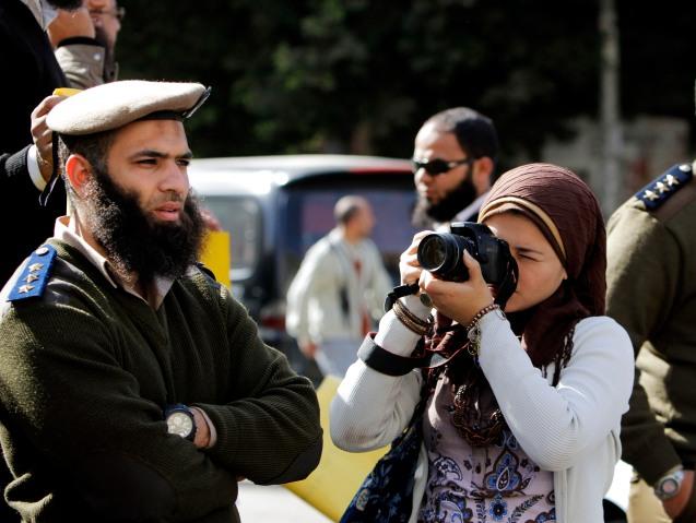 Em Março de 2012, um grupo de polícias barbudos participou, pela primeira vez, numa manifestação, no Cairo, contestando a ordem do ministro do Interior, Ahmed Gamal el-Din, para que voltassem a usar a lâmina. @ Amr Nabil | AP Photo