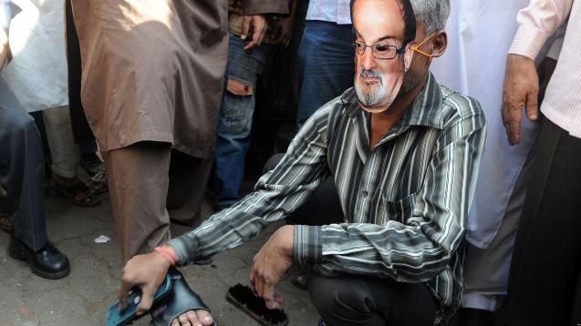 Salman Rushdie, o autor de Os Versículos Satânicos, vivei vários anos sob ameaça de morte depois de uma fatwa emitida por Khomeini no Irão. A sua obra não gerou apenas manifestações de protesto (como na foto), mas ataques contra os seus tradutores. © Direitos reservados | All Rights Reserved