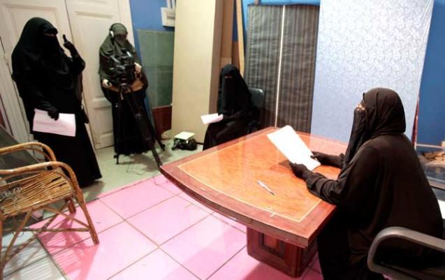 """O primeiro canal de televisão por satélite, no Egipto, operado totalmente por mulheres usando o niqab (que cobre todo o rosto e corpo) foi inaugurado em 20 de Julho de 2012. A data coincidiu com o primeiro dia do mês sagrado islâmico (de jejum) do Ramadão. A estação - onde não homens não seriam admitidos - deveria chamar-se Maria. seria uma """"homenagem"""" a um cristã copta que o profeta dos muçulmanos libertou da escravatura e com quem se casou. @ Al-Ahram"""