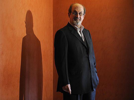 Salman Rushdie, numa sessão fotográfica em 1 de Abril de 2009. © Luis Gene | AFP