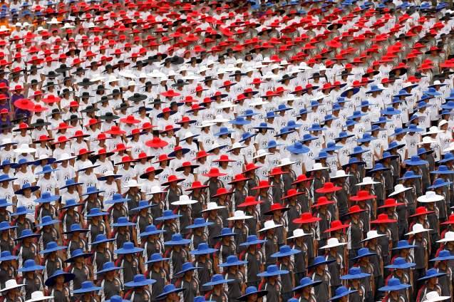 Celebrações do Dia Nacional em Taiwan: uma multidão usa chapéus com as cores da bandeira da República da China (nome oficial do país), em 10 de Outubro de 2012. REUTERS/Pichi Chuang