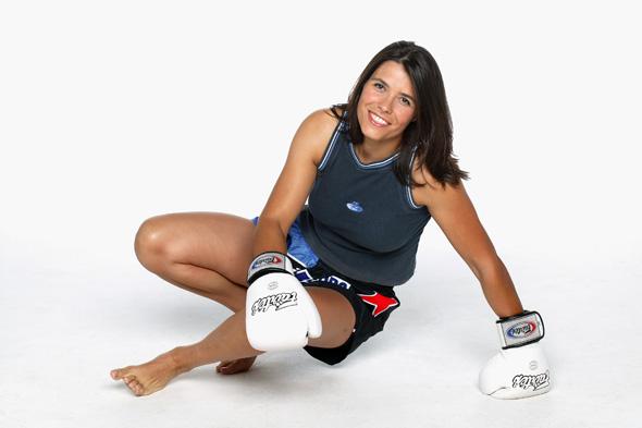 """Dina Pedro, que conheceu Adi Rotem na Sérvia, em 2007, quando esta iniciava a sua carreira profissional, concorda que o Muay Thai continua """"muito masculino"""", ainda que nos seus 19 anos como atleta e dez como treinadora (de uma equipa mista), tenha vindo a dissipar preconceitos. Também ela se queixa da falta de apoios, apesar do seu reconhecimento fora do país. A tetracampeã mundial que lidera a equipa """"Dinamite"""" acaba de ser nomeada a primeira e única portuguesa membro do World Women WAKO Committe. WAKO é a sigla de World Association of Kickboxing Organisations, com sede na Itália. © NOVAGENTE.pt"""