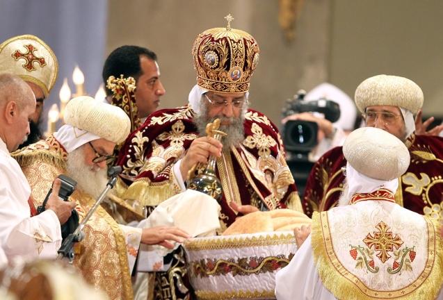 O Papa Tawadros II, líder espiritual da Igreja Copta do Egipto (à esquerda), preside à Missa de da Meia-Noite, na véspera de Natal, na Catedral de São Marcos, no Cairo, em 2013. @Khaled Elfiqi |EPA