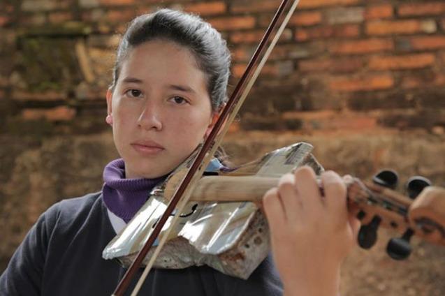 """Ada Ríos, primeira violinista, 14 anos: A Orquestra de Instrumentos Reciclados de Cateura deu sentido à minha vida porque não temos muitas oportunidades"""". @Creative Vision Foundation"""