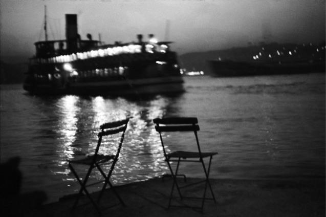 Istambul, 1956 (Cortesia de | Courtsey of Ara Güler) O ferry está a partir de Kandilli no Bósforo. Em Julho de 1994, escrevi um poema para a primeira edição do meu livro Memories of Old Istanbul e gostei muto desse poema. Por isso [esta fotografia não foi incluída no livro Ara Güler's Istanbul], repito aqui o poema para exprimir o mesmo amor do mesmo modo… And... on one day or another in a beautiful sunset, the boat sailed, on the Bosphorus of old Istanbul.