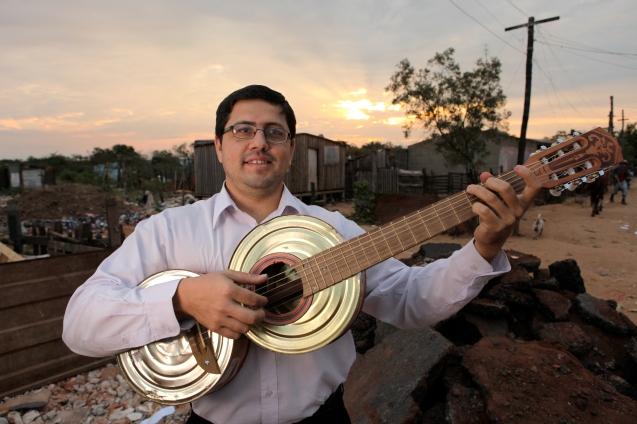 Favio Chávez foi como ambientalista para o maior aterro sanitário do Paraguai, onde são despejadas diariamente 1500 toneladas de lixo. Ao ver, perdidos entre os detritos, filhos de pais toxicodependentes e alcoólicos, retomou a anterior actividade de professor de música e formou a Orquestra de Instrumentos Reciclados de Cateura. @Creative Vision Foundation