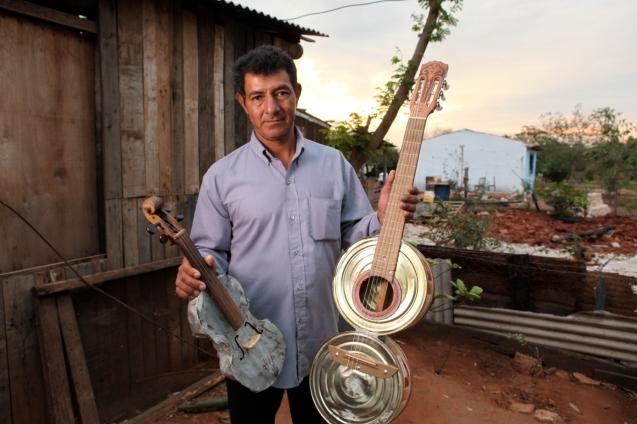 Nicolás Gómez, ou 'Cola' era um carpinteiro que catava lixo; agora ajuda a fabricar os instrumentos. Começou por montar um violino com um tubo de plástico e um tacho. @Creative Vision Foundation