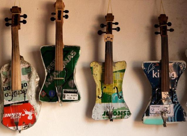 Alguns dos instrumentos musicais feitos a partir da reciclagem de lixo e hoje expostos no Museum of Musical Instruments (MMI), em Phoenix, no Arizona (EUA), ao lado do piano de John Lennon. @Creative Vision Foundation