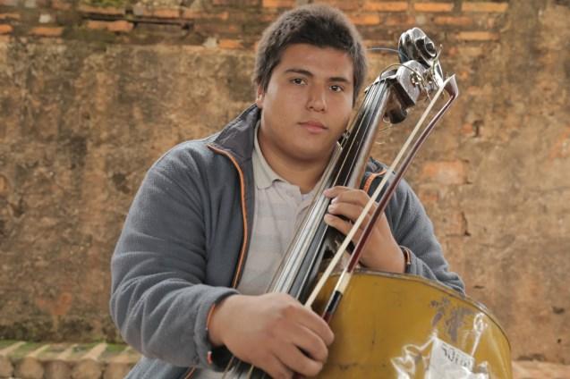 Mauricio, outro dos jovens que integram a Orquestra de Instrumentos Reciclados de Cateura. Todos os instrumentos são feitos a partir de lixo reciclado. @Creative Vision Foundation