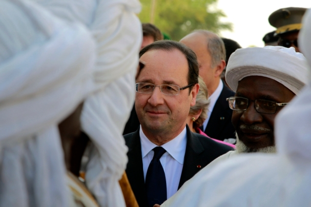 French President Francois Hollande visits Timbuktu, Mali, Saturday Feb. 2, 2013 making a triumphant stop six days after French forces parachuted in to liberate the desert city from the rule of al-Qaida-linked militants. @Jerome Delay)