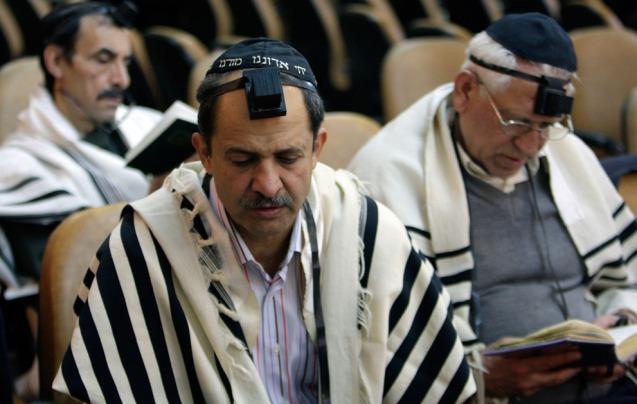 Judeus iranianos nas celebrações do Hanukkah na Sinagoga de Yousefabad Synagogue, em Teerão (27 de Dezembro de 2011). Esta comunidade não enfrenta quaisquer restrições aos seus rituais religiosos, embora as mulheres não estão isentas de cumprir o código de vestuário islâmico. Os judeus têm também um representante no Parlamento, lugar reservado pela Constituição. @ Vahid Salemi | AP | The Atlantic