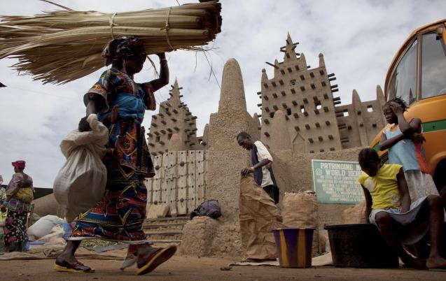 Dia de mercado junto à Grande Mesquita de Djenne, cidade que a UNESCO classificou como Património da Humanidade e que foi um dos alvos dos rebeldes jihadistas. Foi outrora uma das atracções turísticas, no Norte do Mali. @ Joe Penney