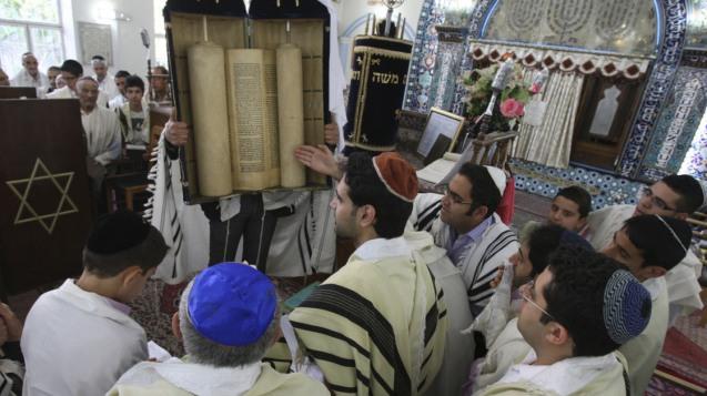 Celebração do Shabbat na Sinagoga de Pol-e-Choubi, em Teerão. A República Islâmica tem (ainda) a maior comunidade judaica do Médio Oriente (excluindo Israel). A partir de 1979, quando Khomeini derrubou o último Xá Pahlavi, o número de judeus iranianos diminuiu de um total de 150.000 (durante a revolução emigraram mais de 40.000), para menos de 9000 segundo o último recenseamento, em 2011. @DR (Direitos Reservados | All Rights Reserved)