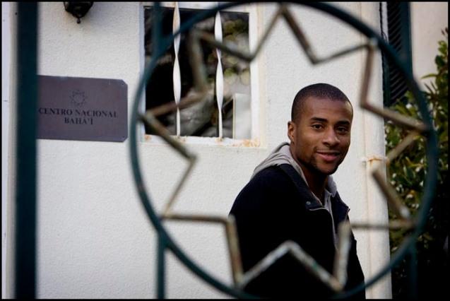 O atleta olímpico Nelson Évora é um dos bahá'ís mais famosos em Portugal. A sua caminhada religiosa e carreira desportiva foram muito influenciadas pelo seu treinador e grande amigo, João Ganço. @NUNO FERREIRA SANTOS