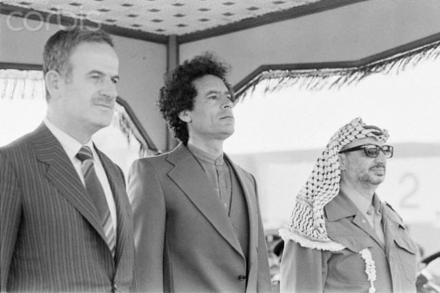 Trípoli (Líbia), 13 de Abril de 1980: os rivais Hafez al-Assad, Muammar Khadafi e Yasser Arafat, líderes da chamada Frente Árabe de Firmeza e Rejeição (criada contra Israel). @ CORBIS Images