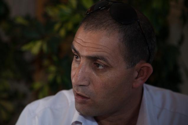 """Em 1993, o ano de Oslo, o pai de Abir foi libertado. """"Parecia que a paz estava ao virar da esquina"""", disse Bassam. """"Quando vi crianças palestinianas, em Jenin, a oferecer flores a soldados israelitas, abandonei a luta armada. Não mudei o objectivo: pôr fim à ocupação. Sigo uma via diferente."""" © Udi Goren"""