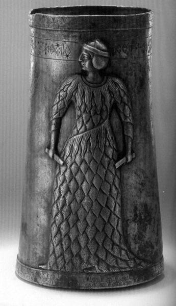 Uma taça em prata, originária de Marvdasht, Fars, com inscrições elamitas. Data deo Terceiro mIlénio a.C., e está exposta n Museu Nacional do Irão. @DR (Direitos Reservados | All Rights Reserved)