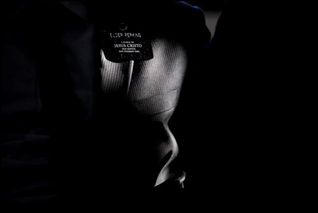 """Inseparável dos missionários SUD nas suas acções de proselitismo, O Livro de Mórmon é, segundo dados disponíveis nos sites oficiais, """"a tradução de placas de ouro contendo a história de um antigo povo religioso"""", que Joseph Smith, o fundador, """"encontrou e mandou publicar, em 1830, sob o nome do profeta que o compilou. @NUNO FERREIRA SANTOS"""