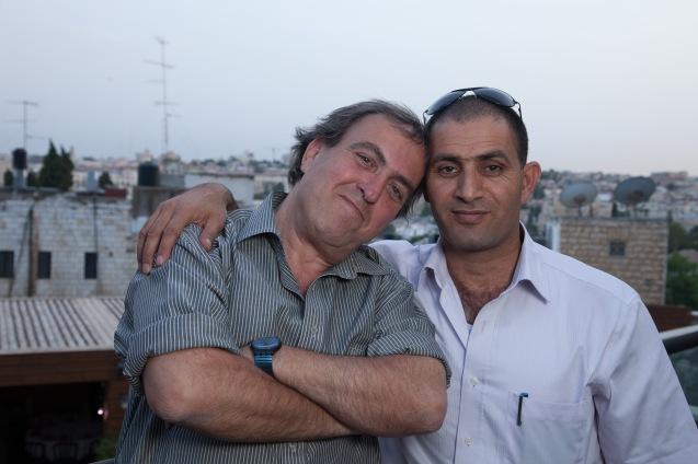"""""""Acho que a paz ainda é possível após o fracasso de Oslo –dois Estados, um Estado ou os Estados Unidos do Médio Oriente. A chave está no respeito – pela narrativa, história e dor de cada um"""", diz Rami Elhanan (à esquerda). """"Não me importaria que Bassam [Aramin à direita] fosse o meu primeiro-ministro."""" © Udi Goren"""
