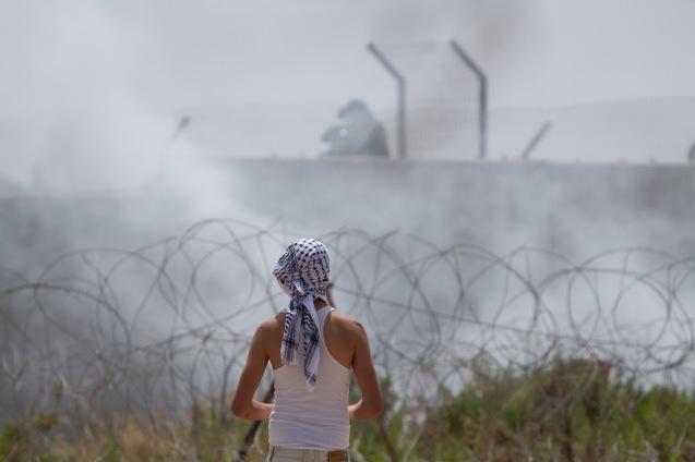 """Em Bi'lin, na Cisjordânia ocupada, todas as sextas-feiras, israelitas, palestinianos e outros activistas internacionais enfrentam soldados e colonos judeus. De um lado pedras; do outro gás lacrimogéneo, cartuchos de pólvora seca, balas de borracha e, ocasionalmente, munições reais. Esta a é a terra-natal de Emad Burnat, o cineasta nomeado para um Óscar, em 2013, com o documentário 5 broken Cameras, baseado nesta """"luta pela existência"""". @Udi Goren"""