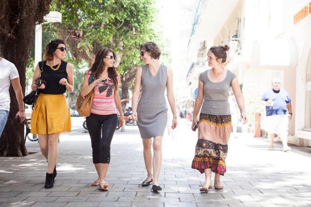 Activistas do YaLa Young Leaders - da esquerda para a direita: Sarah Ben Azera, Ranya Fadel, Megan Hallahan e Lea Ledwon, em Telavive © Udi Goren