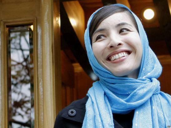 """Antes de partir, fiquei a saber que muitos iranianos seguiram de perto a minha história2, diz Rosxana Saberi"""". """"Um taxista recusou cobrar-me uma viagem. No bazar de Teerão, fiquei perplexa ao ver à venda """"lenços Roxana"""", azuis como aqueles que apareciam numa foto publicada nos jornais – sinal de admiração por alguém que enfrentou as agruras de Evin"""". @ROXANA SABERI"""
