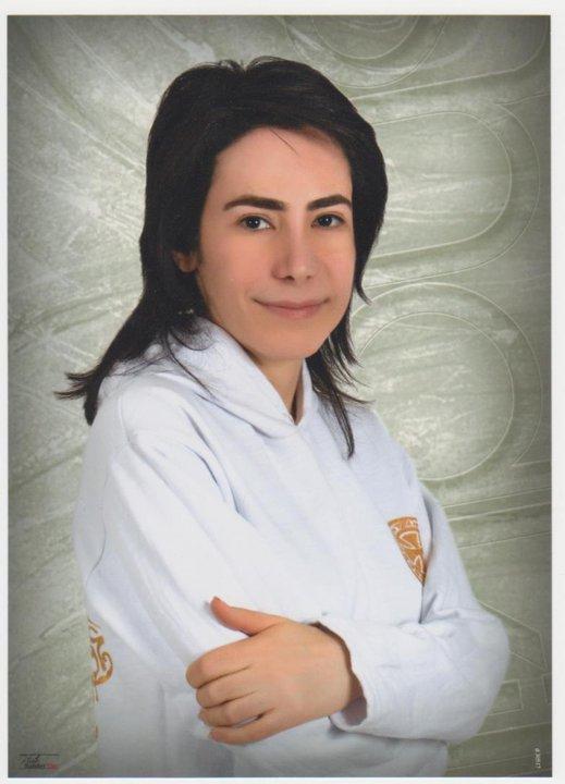 A documentarista Mehrnoushe Solouki foi parar a Evin, a mais vil prisão iraniana, onde esteve Roxana, quando filmava, em Lanat Abad (Terra Maldita), rituais fúnebres das minorias religiosas da sua pátria. @MEHRNOUSHE SOLOUKI