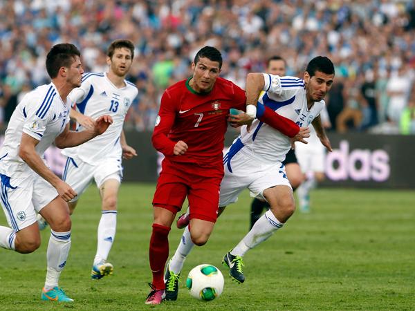 Cristiano Ronaldo durante o jogo Portugal-Israel, em Ramat Gan, tentando afastar o jogador Eitan Tibi. O resultado foi um empate. @DR (Direitos Reservados | All Rights Reserved)